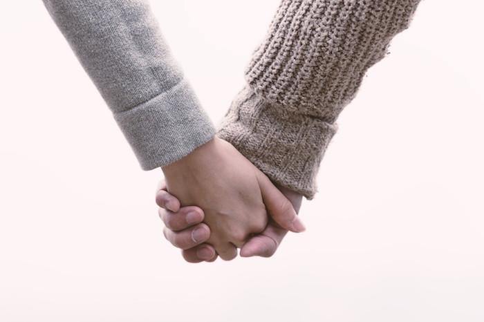 【女性必見】男性からさりげなく手を握って貰うための方法